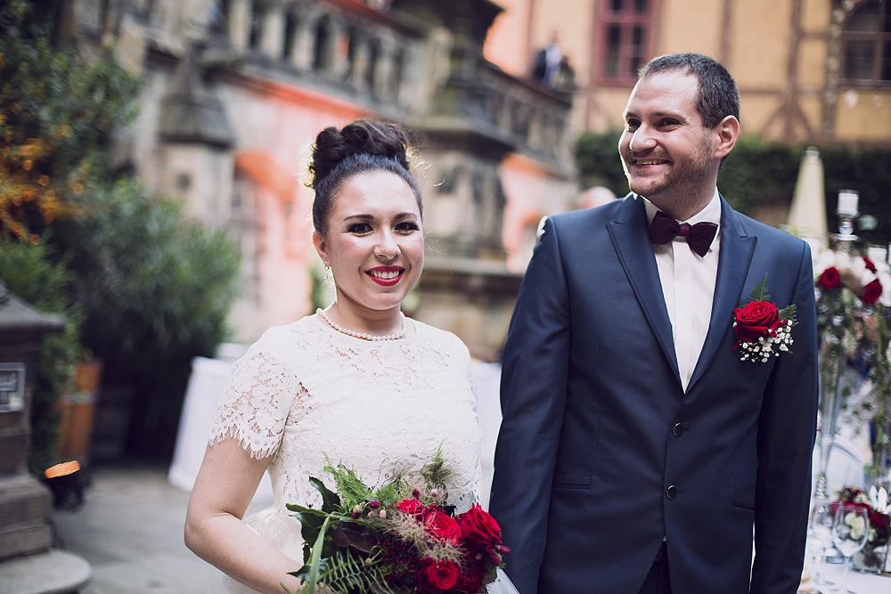 Ein Brautpaar auf dem Schloss Wernigerode. Unweit des Altwernigeröder Apparthotel befindet sich das Schloss Wernigerode. Mit der historischen Kulisse bilder es einen zauberhafte Kulisse für Ihre Hochzeit in Wernigerode. Bild: Hochzeitsfoto Mr. and Mrs. Right
